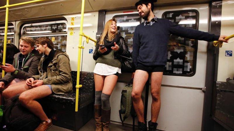 """В разных странах мира состоялся международный флешмоб """"В метро без штанов"""" (No Pants Subway Ride)"""