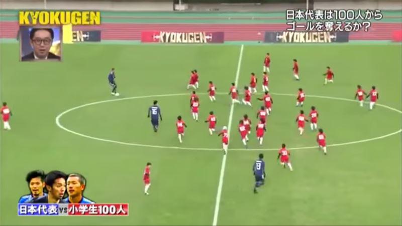 ВИДЕО: Трое мужчин сыграли в футбол против ста детей