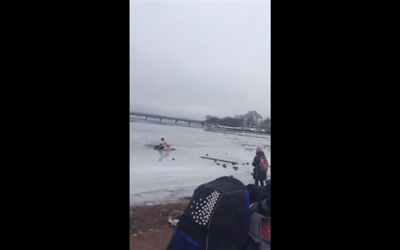 ВИДЕО: Мужчина в одних плавках спас собаку, провалившуюся под лед