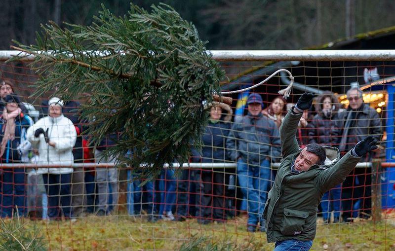 В Германии прошел чемпионат по метанию... елок