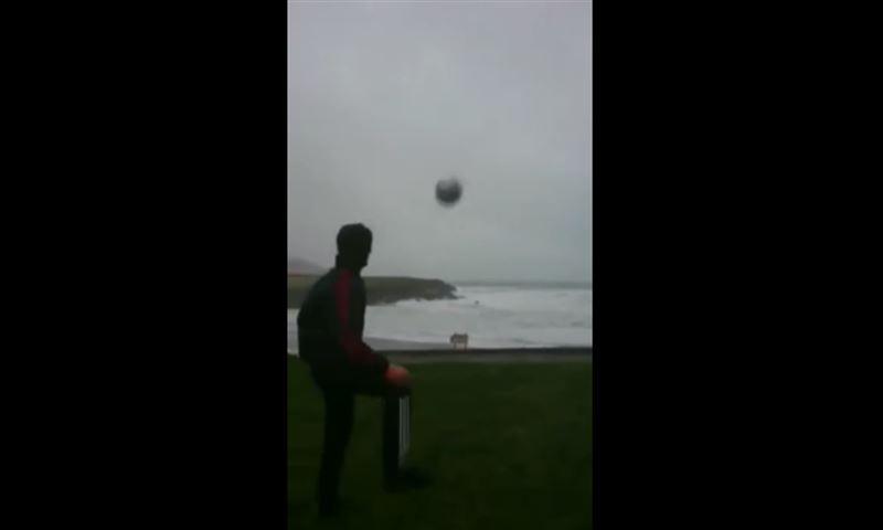 ВИДЕО: Ураган вернул мяч, который пнул футболист