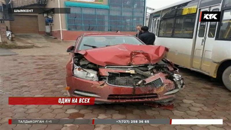 В Шымкенте грузовик протаранил восемь авто