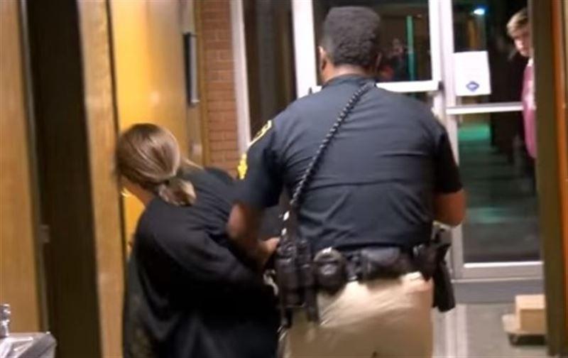 В США учительница попала за решётку после жалобы на зарплату