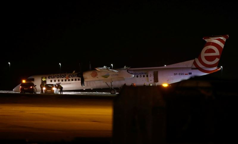 В аэропорту Варшавы самолет совершил посадку без переднего шасси