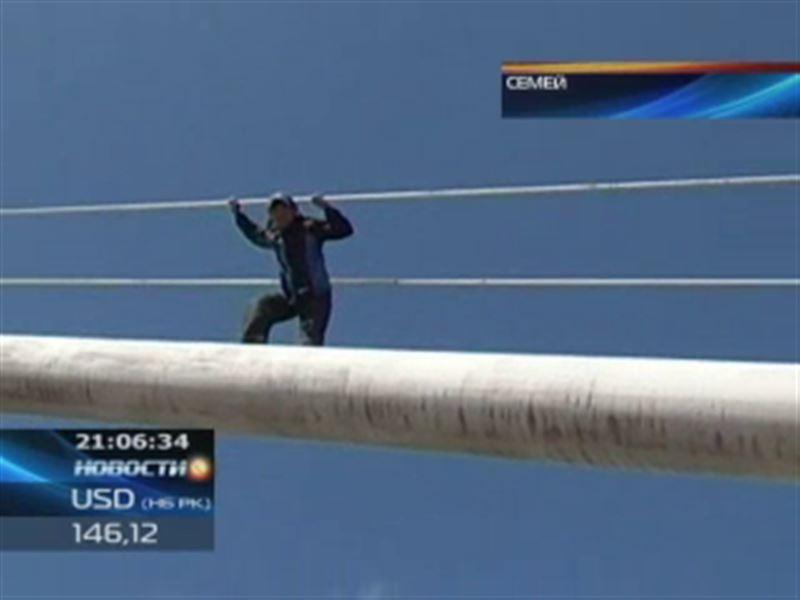 В Семее спасали мужчину, который грозился спрыгнуть с моста