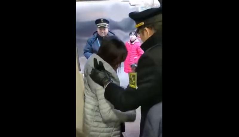 ВИДЕО: Китаянка удерживала поезд из-за опаздывающего мужа