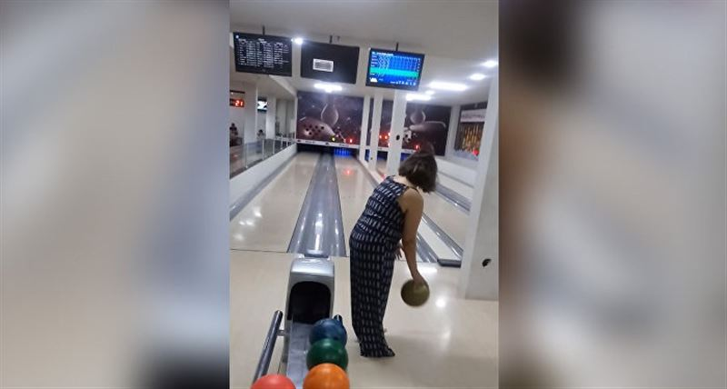 Бразильянка разбила шаром телевизор в боулинге