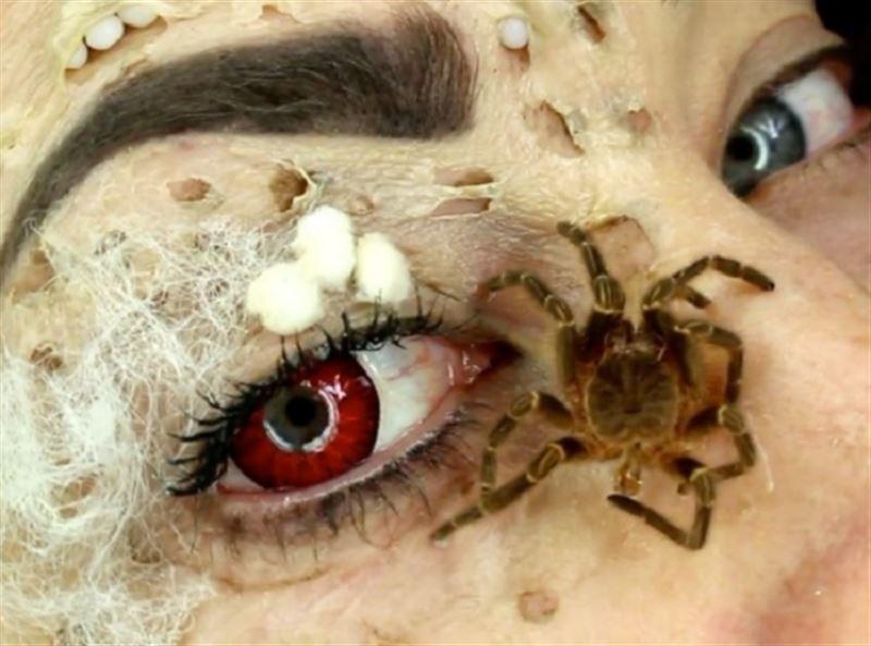ФОТО: Бьюти-блогер сделала макияж с участием настоящих жуков и пауков