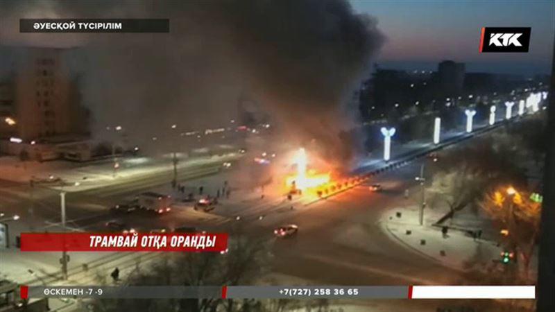 Павлодарда жолаушылар мінген трамвай отқа оранды