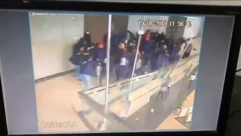 В Индонезии обрушился балкон с десятками студентов
