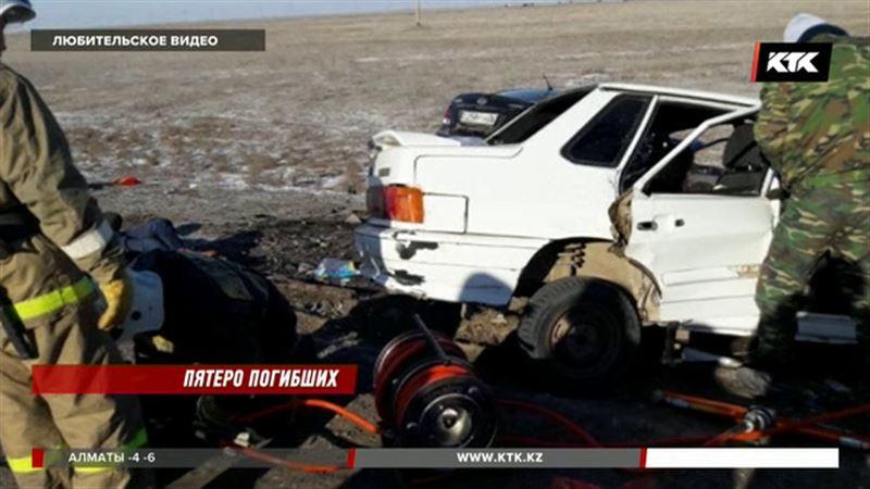 В Атырауской области лоб в лоб столкнулись две легковушки