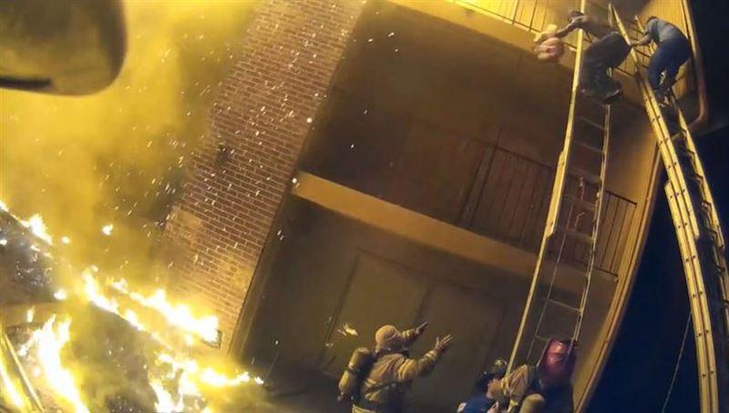 ВИДЕО: Пожарный поймал девочку, сброшенную с третьего этажа