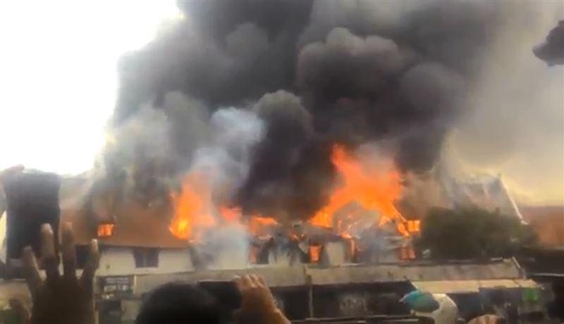 ВИДЕО: В Джакарте охватило огнем здание ХVII века