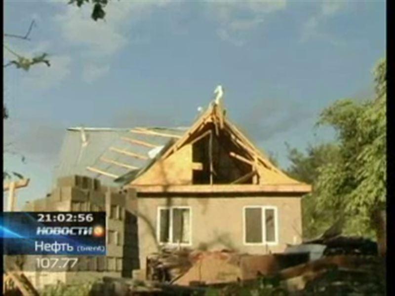 В Алматы ликвидируют последствия урагана, который вчера обрушился на город