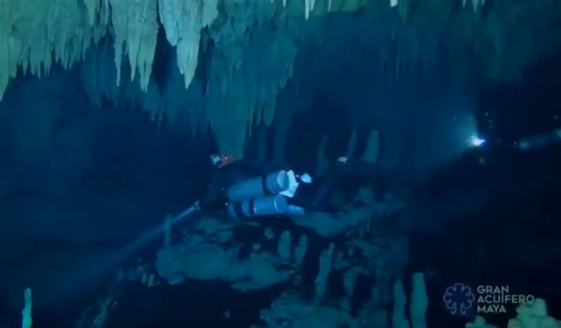 В Мексике обнаружены памятники майя в самой длинной подводной пещере