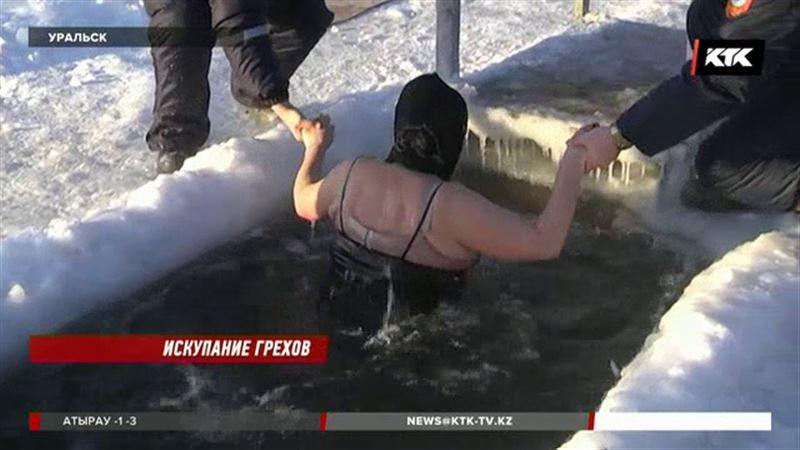 Православные запасаются святой водой и окунаются в проруби