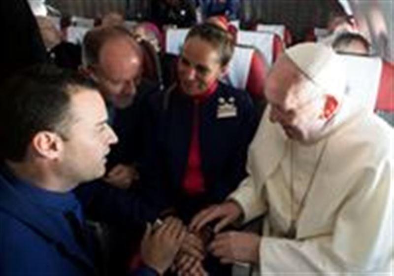Рим Папасы ұшақта неке қиған жастарға батасын берді