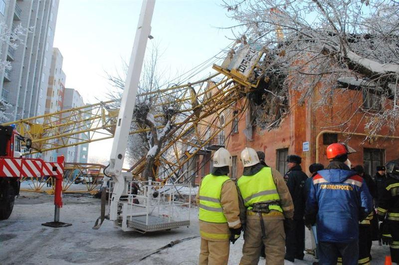 Башенный кран упал на жилой дом в Кирове, есть погибший