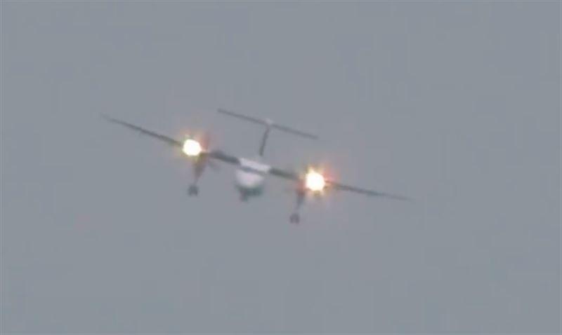 """ВИДЕО: Самолет совершил экстремальную посадку """"крабом"""" из-за ураганного ветра"""