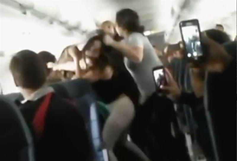 Пассажирка из России устроила авиадебош в Мексике