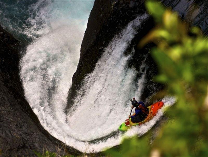 ВИДЕО: Экстремалды кайықшы 39 метрлік сарқырамадан секіріп рекорд орнатты