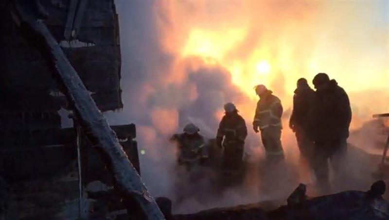 Более трех часов пожарные тушили пламя в доме, где погибли пятеро детей