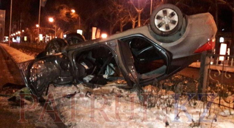 ВИДЕО: Алматыда Hyundai автосы қоршауды қиратып, төбесіне аударылып түсті