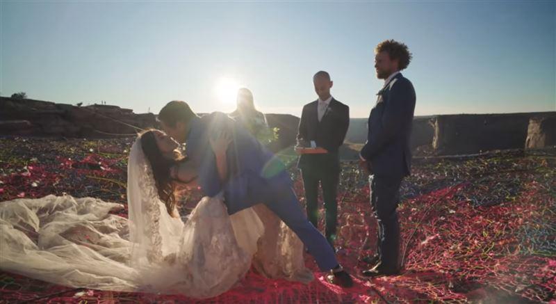 Влюбленные сыграли свадьбу на высоте более ста метров