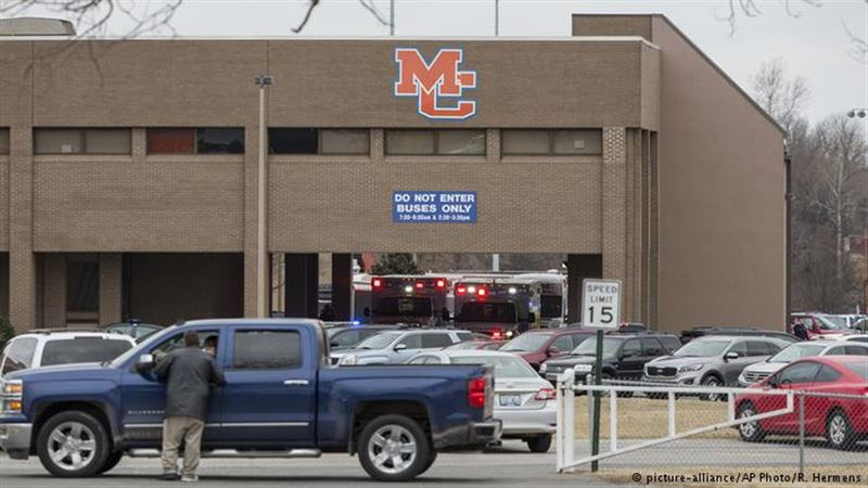 Подросток убил двоих и ранил более 10 человек в школе в США