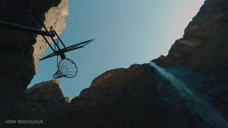 Баскетболист забросил мяч в кольцо с 200 метров, установив новый мировой рекорд