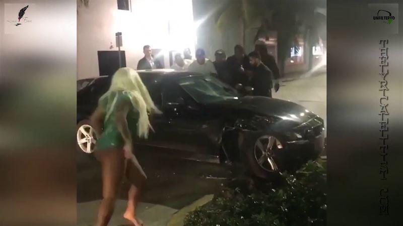 Блондинка в купальнике босой ногой разбила окно автомобиля виновника ДТП