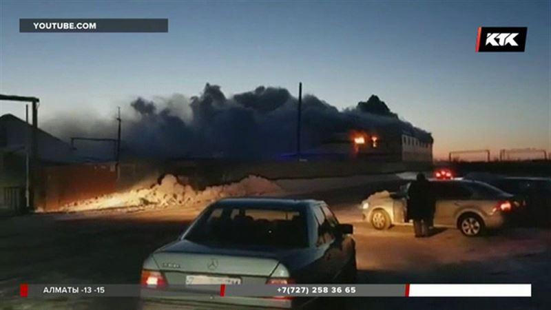 В Астане на территории нефтебазы вспыхнуло здание