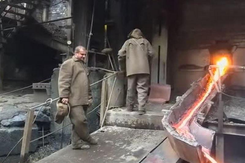 ВИДЕО: Балқыған металға қолын тығып, ғажайып көріністің куәсі болды