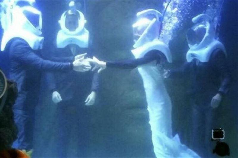 ВИДЕО: Молодожены сыграли свадьбу в гигантском аквариуме