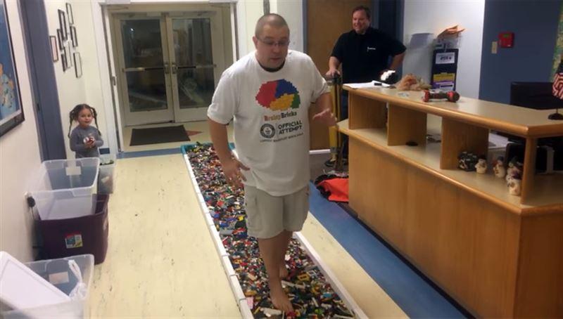 Американец установил мировой рекорд, пройдя босиком 36 метров по деталям Lego