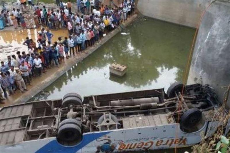 В Индии автобус рухнул в реку: 36 человек погибли
