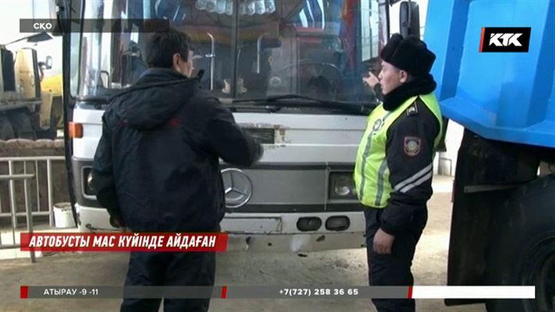 СҚО-да жылыну үшін арақ ішкен автобус жүргізушісі шатылып жатыр