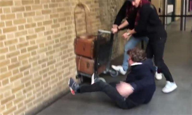 """ВИДЕО: Фанат """"Гарри Поттера"""" попытался пройти сквозь стену на платформу 9¾"""