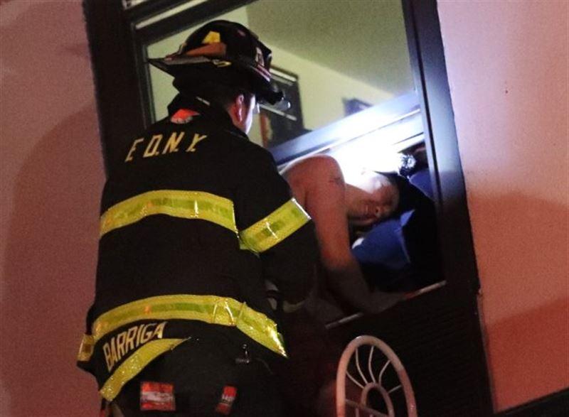 В Нью-Йорке лунатик во сне выпал с 8-го этажа
