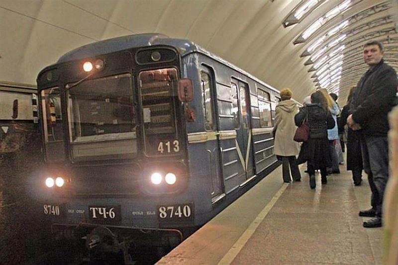 ФОТО: В Москве поезд насмерть сбил наклонившуюся пассажирку метро