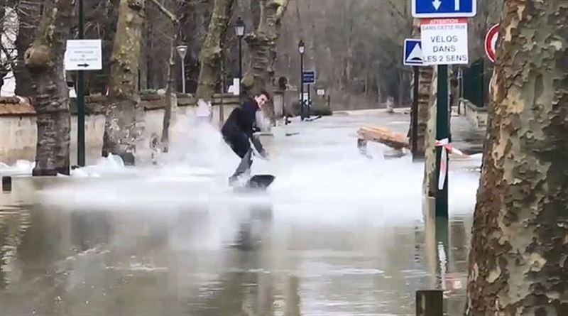 Экстремалы прокатились на вейкбордах по затопленным улицам Парижа