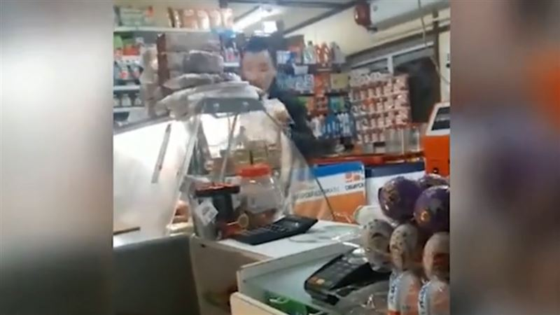 ВИДЕО: Пьяный мужчина дважды ограбил один и тот же магазин за одну минуту