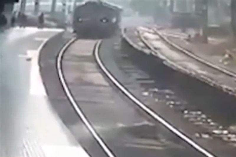 ШОК: Мужчина прыгнул под поезд и выжил