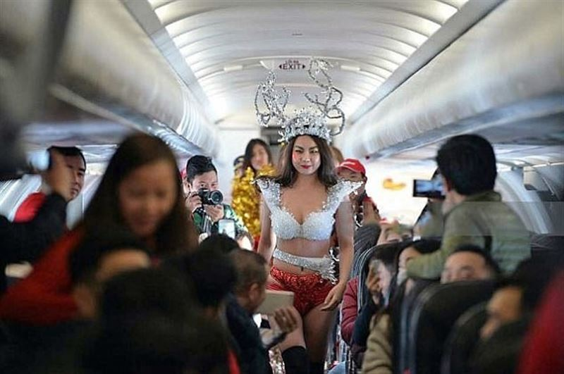 Стюардессы в бикини встречали футболистов на борту самолета