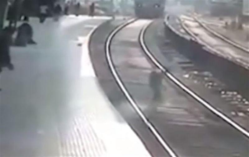ВИДЕО: Ер адам пойыз астына түсіп аман қалды