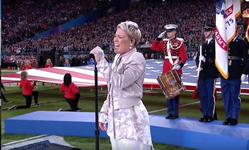 Пинк исполнила национальный гимн на «Супербоуле-2018»