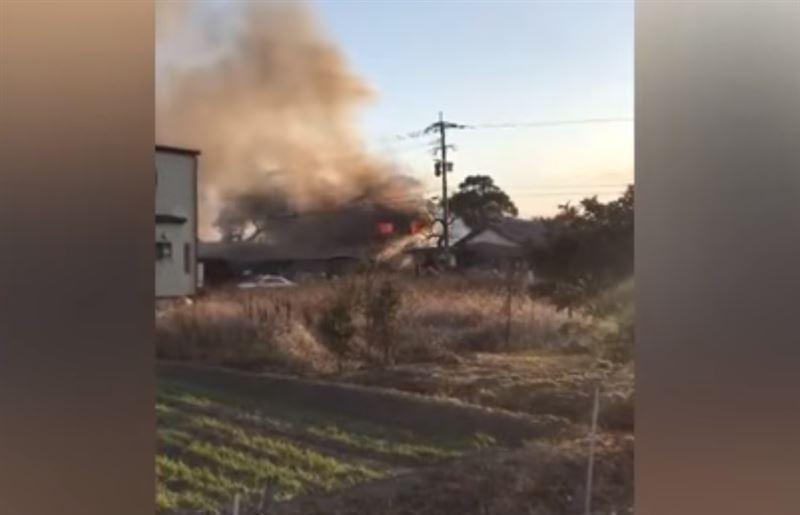 В жилом районе Японии рухнул вертолет, из-за чего один дом охватило огнем