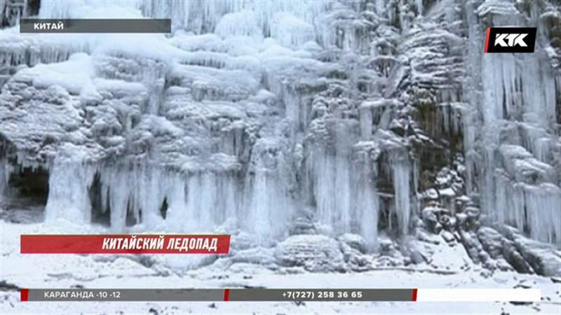 Застывшим водопадом любуются в Гуйчжоу