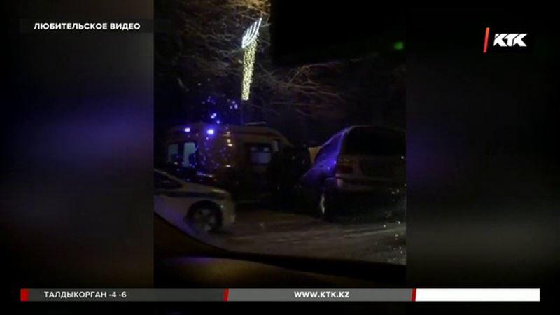 Автомобиль алматинских полицейских лоб в лоб столкнулся с внедорожником