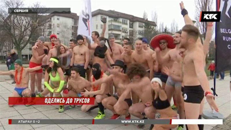 Полуголые мужчины и женщины бегали по Белграду